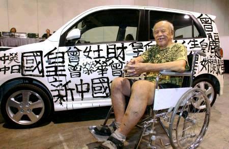LE ROI DU GRAFFITI A HONG KONG REPEINT UNE VOITURE